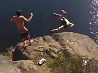 崖ジャンプで足を踏み外して岩場に激突してしまう少年のビデオ。これは痛い。