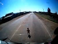 運転手GJ。トラックの前に現れたよちよち歩きの赤ちゃんを保護した車載ビ