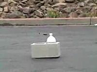 コンクリートブロックを吹き飛ばすドライアイス爆弾の威力