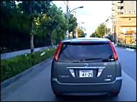 道路は俺のゴミ箱だ。走りながらゴミを捨てまくる悪質すぎる日産ドライバー