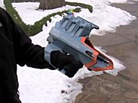 雪合戦の新兵器。右手に装着して雪玉作りから遠投までこなす雪玉ブラスター