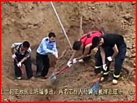 生き埋めになってしまった作業員の遺体を掘り起こしているビデオ。中国