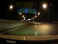 スピード違反車両がコントロールを失ってガードレールを突き破り、落下して死亡