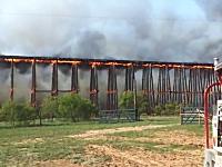 炎上していた鉄道橋がドミノのように崩れ落ちてしまう映像。テキサス州。