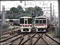 同時進入。二つの電車が衝突しそうな雰囲気で入ってくる京王線調布駅。