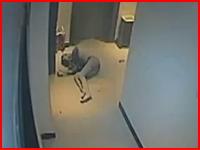 中国。借金を断られた女性が店内で焼身自殺。その一部始終を捉えた映像。