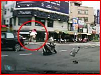 スクーターのお姉ちゃんめっちゃ飛ばされてる(@_@;)スクーターと車の事故