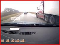 死亡事故。はみ出し追い越しで反対車線のトレーラーと衝突して木端微塵