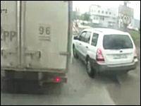 意地の張り合いドラレコ動画。ロシアで撮影された無茶なスバルvsトラック。