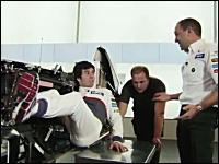 F1マシンのドライビングポジションに驚愕。ザウバーF1を真っ二つにして解説。