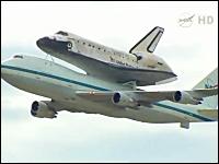 背中にスペースシャトルを乗せたボーイング747がダレス国際空港に到着。