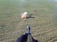 ヘリコプターからデカい銃で野生の豚を狙撃するハンターの映像。テキサス。