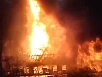 おい逃げろwww向かいの建物が猛烈に炎上しているのに窓からそれを撮影