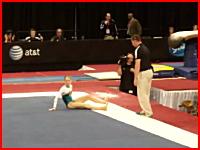 体操競技で着地に失敗した女子の足首がポッキリと折れてしまう事故の映像。