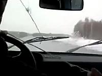 「ロシア人の工夫」車のワイパーが故障したらこうすればいい。楽しそうだなw