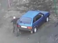 なにこれマジ●チ?酔っ払い?駐車場で他人の車を攻撃しまくってる男性