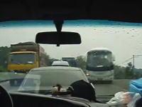 中国でドライブするのは難易度高め。油断すると道で無いところから追い抜かれる