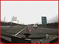 高速道路で右側車線を走っていた車が逆走してきた車と正面衝突する瞬間