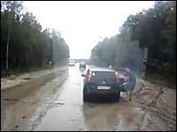 路上に停車して車外に出ていた父と子に車が突っ込んできてギリギリ危ない