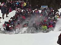 流れる人間。数百人が一つもマットに乗って雪滑りをやってみた動画。海外。