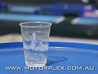 アメリカでドラッグレースに人気がある理由が良く分かるビデオ。コップと水。