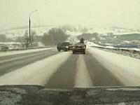 チャイルドシートの2歳児が殺されてしまった雪国での激しいスリップ事故映像