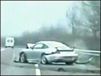 これはやってもうたwww警察から逃げるポルシェが事故っちまう瞬間www