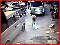 中国でマンホールが爆発し女性が吹き飛ばされて負傷。その瞬間のビデオ。