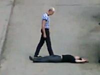 路上喧嘩。一発K.O.して意識のない男性を歩道脇に捨てて去る動画が話題