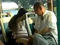 バスの中で寝ている女の胸元をガン見するジジイが激写されるwwwww