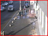25歳の女性が運転する車が歩道に突っ込み歩いていた二人の少女を撥ねる瞬間