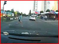 赤信号を飛び出してきた女性を撥ねてしまう車載動画。これはヤバイなあ