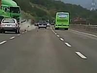 高速道路でコンテナを積んだトレーラーが中央分離帯を越えて突っ込んできた