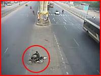 これは酷い当て逃げ。横断待ち?のバイクに車が猛スピードで衝突して逃走