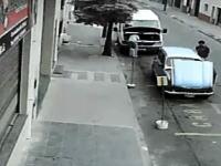 あぶねえ!路上で作業していた男性がゆっくりと車の下敷きになってしまう