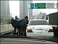 首都高でベンツの運ちゃんがトラックの運ちゃんにぼこられてた動画wwww