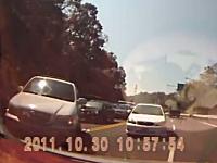 台湾のDQN怖すぎワロタ。無理な逆走する車が突っかかってきて木刀がデタw