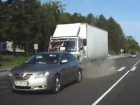 横転歩道で停止する親切なカムリ。突っ込むトラック。ロシアのドラレコ動画。