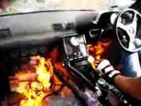 ちょww何が起きたww運転中に運転席の下から突然火が出る瞬間の衝撃映像