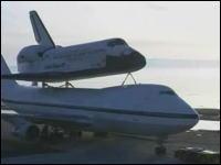 スペースシャトルを空輸するボーイング747