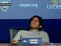 テニスのナダル選手が会見中に痙攣を起こし席から崩れ落ちるハプニング