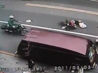 ちょっと信じられない交通事故の監視カメラの映像。人としてどうなのこれ。