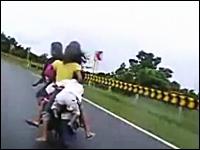 ママ!ぼく落ちる!かなり危険な状態で5人乗りをしているバイク