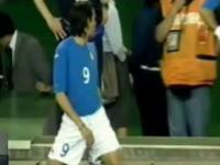 撮ったカメラマンが凄いw サッカーの試合中にピッチで放尿する代表選手w