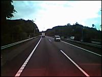 東名高速を20キロに渡り逆走して逮捕された軽自動車?とすれ違った映像