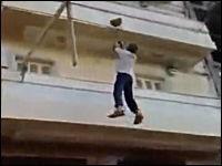 横着な建設作業員。10階建ての屋上まで行く方法がデンジャラス(@_@;)
