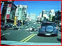 カメラの目の前で起きたスクーター同士の激しい事故映像。これは中国かな