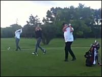 ゴルフボールが金●直撃?悶絶するカメラさん。嬉しそうな打ったヤツwww