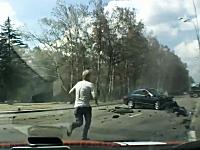 恐ろしい交通事故の現場で何とか助けようと手を貸している人たちのビデオ。
