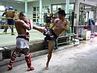 こんな蹴りを食らったら死ぬ自信がある。ムエタイ選手の練習がヤバイ動画